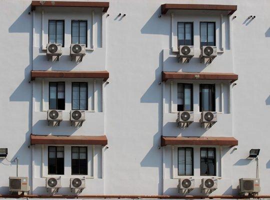 klimatyzatory zamontowane w bloku mieszkalnym