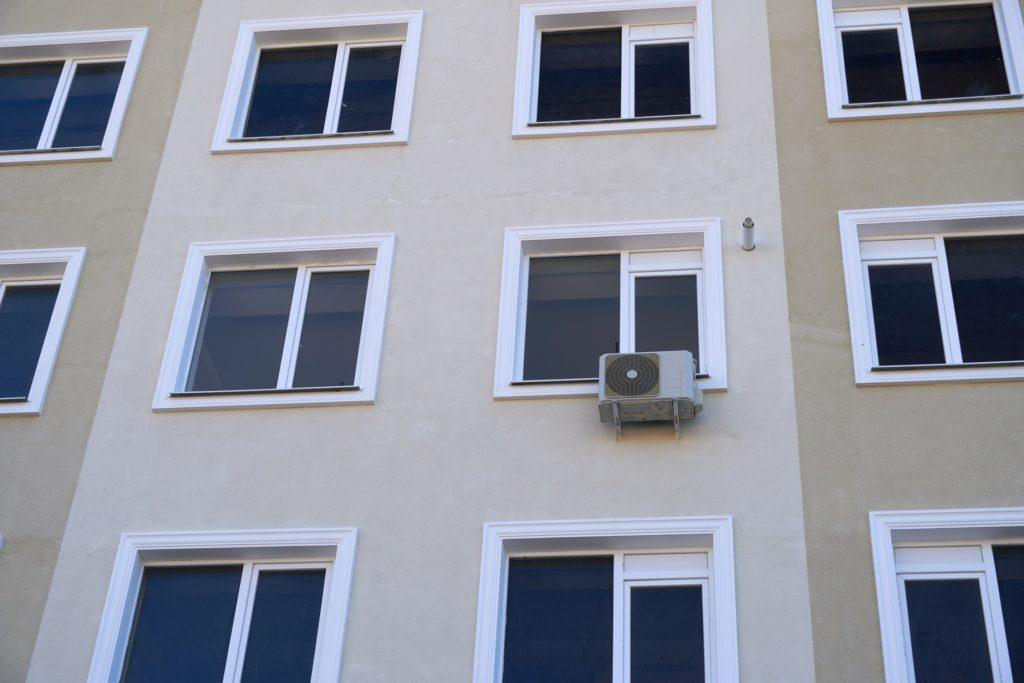 montaż klimatyzacji w mieszkaniu w bloku
